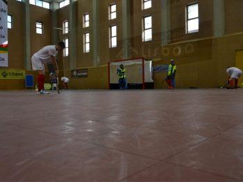 Det mobile sportsgulvet leveres og legges ut i kvadratmeter store flak