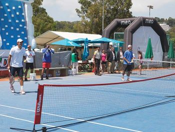 The mobile tennis floor prevents injuries to the knees and ankles